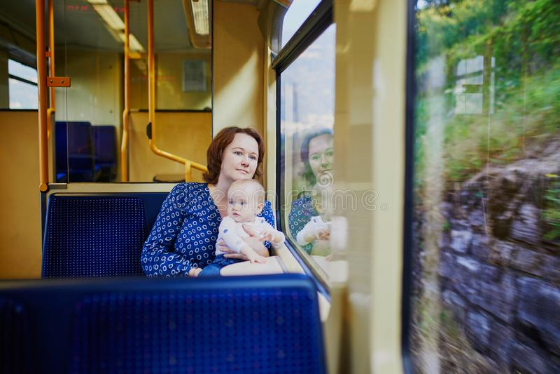 Kvinna med lilla flickan som reser med drevet royaltyfri fotografi