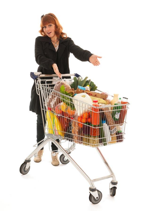 Kvinna med livsmedelsbutiken för mejeri för shoppingvagn den fulla royaltyfri foto