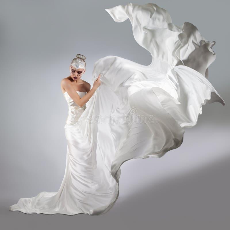Kvinna med ljust idérikt smink i ett vitt torkdukeflyg fotografering för bildbyråer