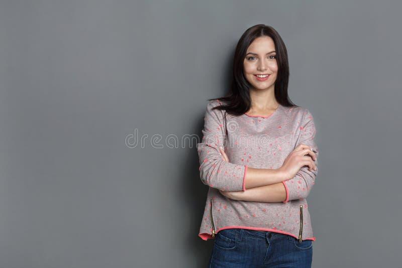 Kvinna med lyckligt ansiktsuttryck, studioskott royaltyfri fotografi