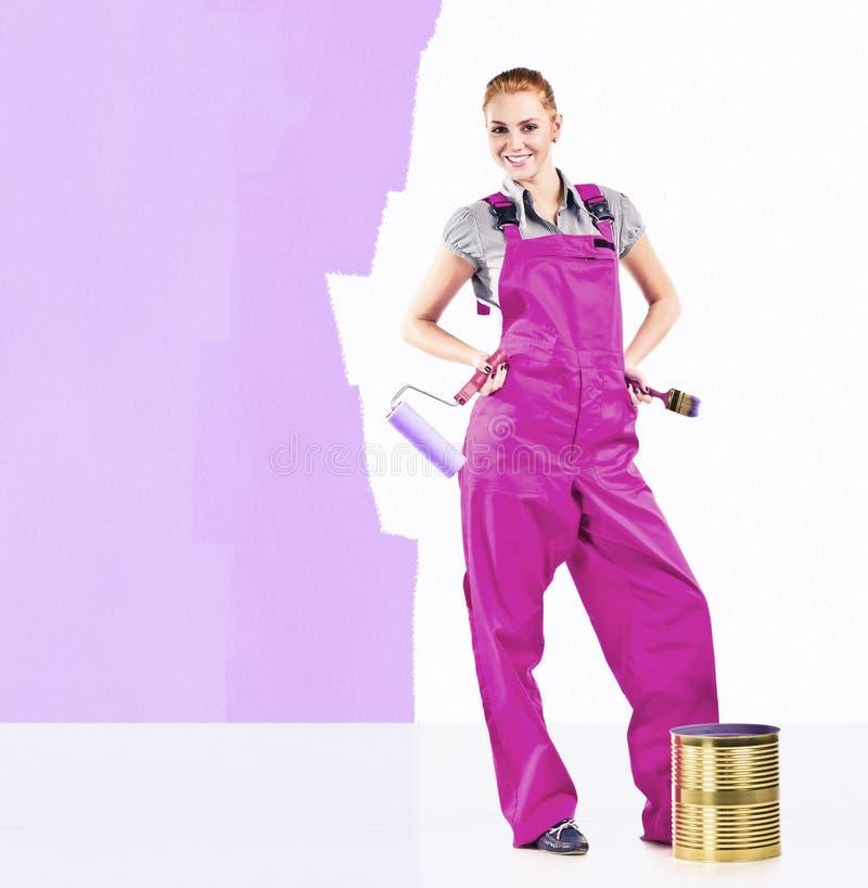 Kvinna med målningshjälpmedel royaltyfri fotografi
