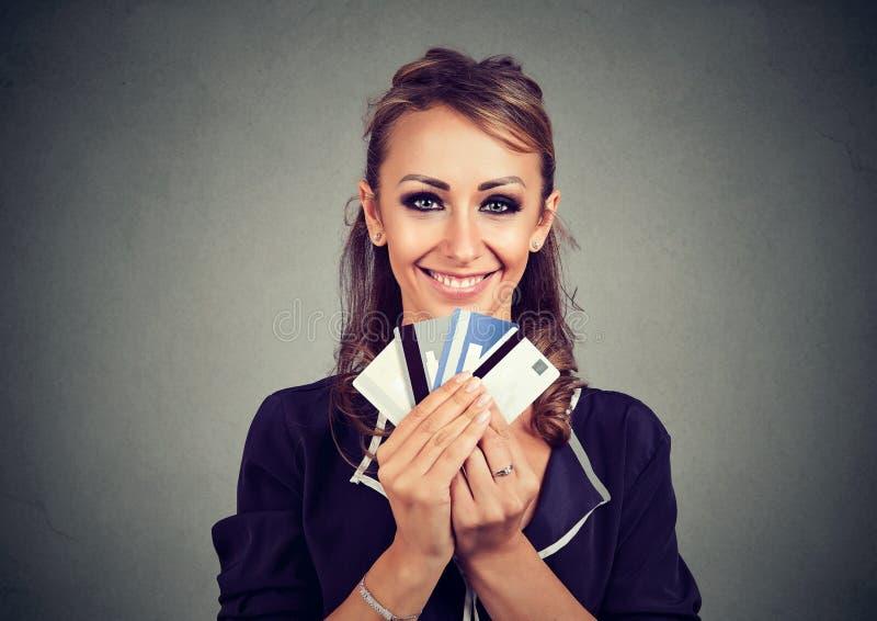 Kvinna med många olika kort för krediteringslojalitetrabatt royaltyfria bilder