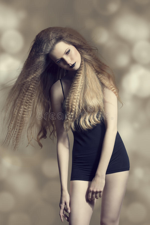 Download Kvinna med mörk modeblick arkivfoto. Bild av stående - 37347918