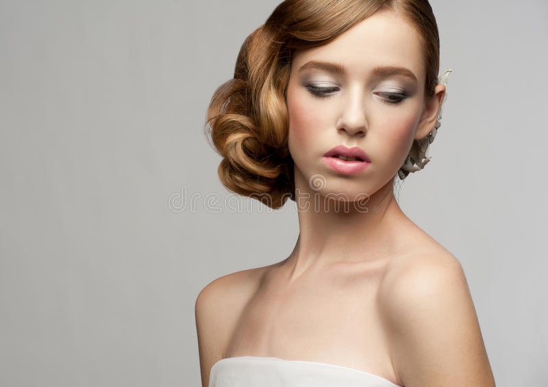 Kvinna med makeup och frisyren royaltyfria bilder
