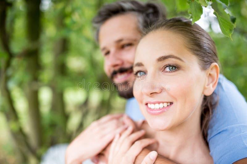 Kvinna med mannen som ett par royaltyfri foto