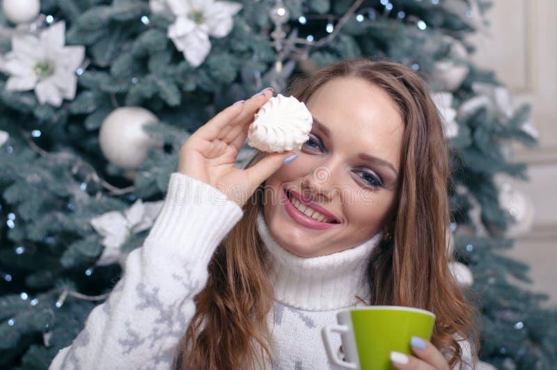 Kvinna med marshmallower i hand arkivfoton