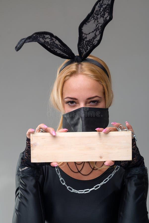 Kvinna med maskeringen över hennes mun royaltyfri foto