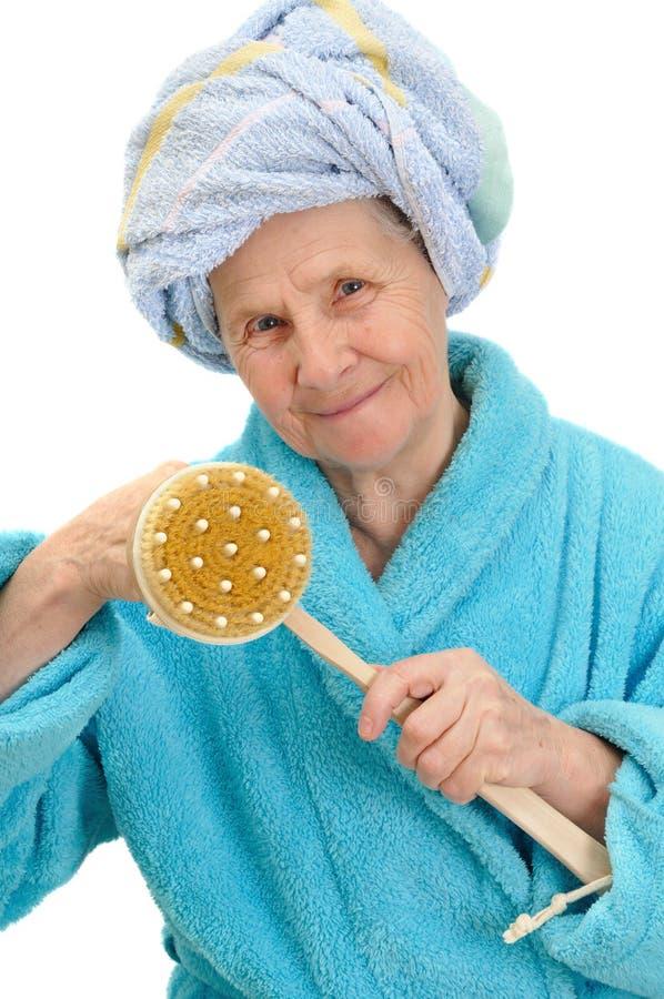 Kvinna med massagesvampen arkivfoto