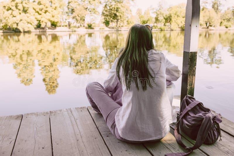 Kvinna med melankoliskt lynne på Lakeside fotografering för bildbyråer
