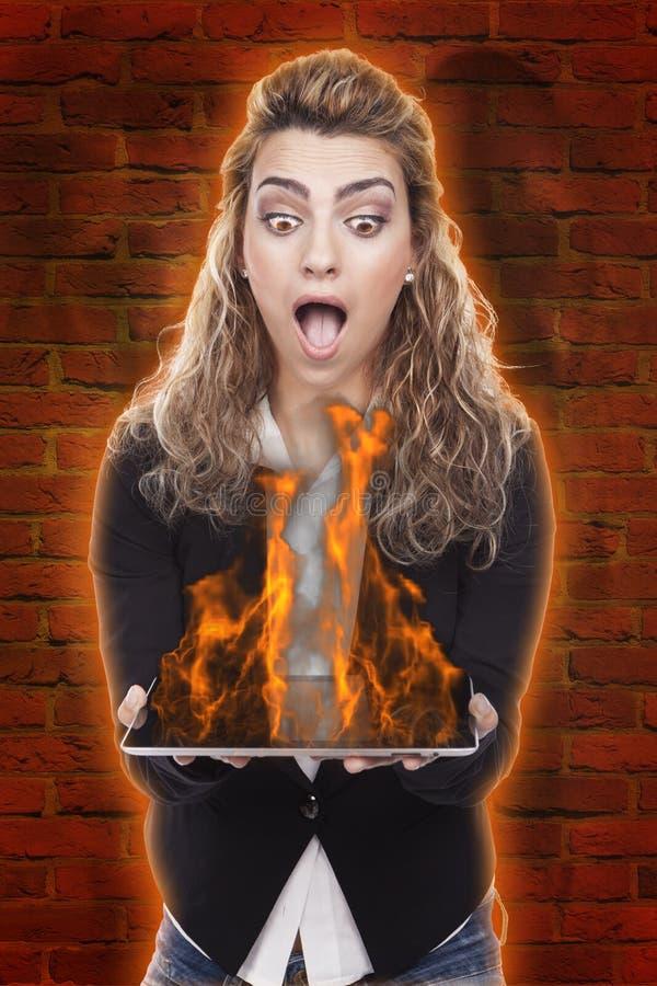 kvinna med minnestavlan på brand arkivfoto