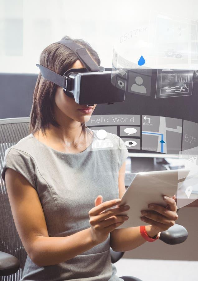 Kvinna med minnestavlan som bär VR-virtuell verklighethörlurar med mikrofon med manöverenheten vektor illustrationer