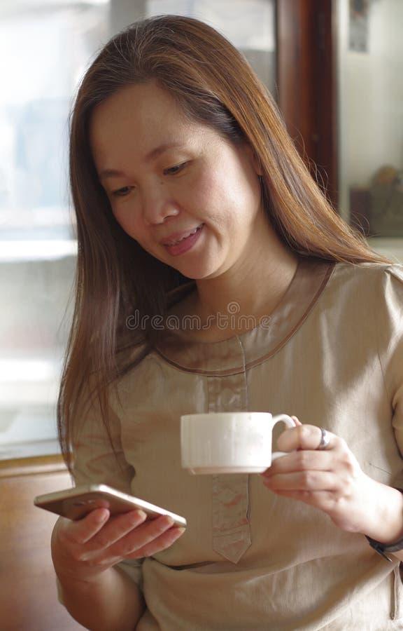 Kvinna med mobilephonen arkivfoto