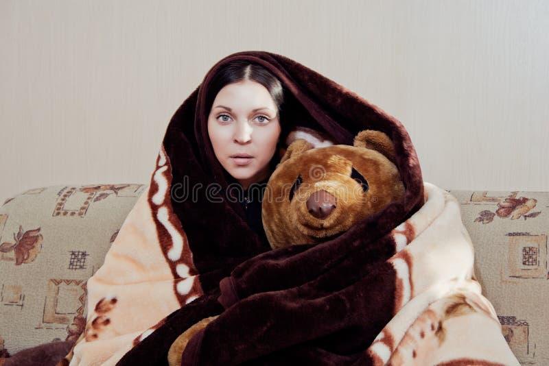 Kvinna med nallebjörnen arkivfoto