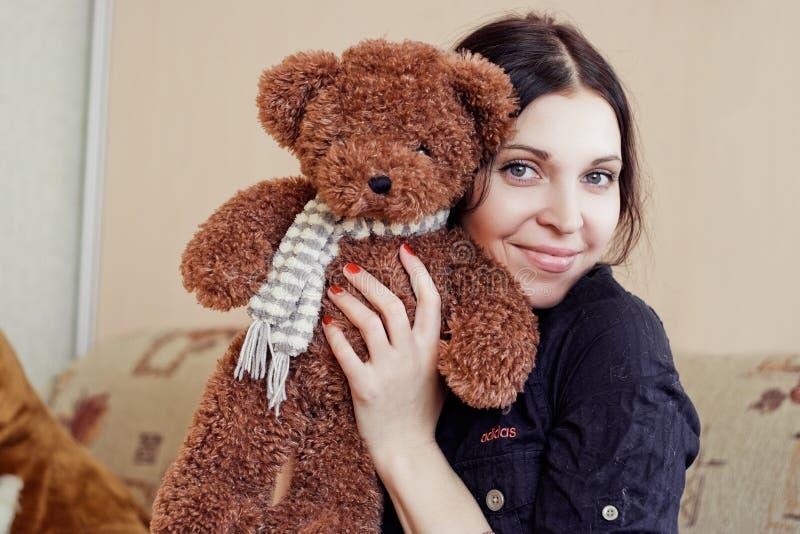 Kvinna med nallebjörnen royaltyfri foto