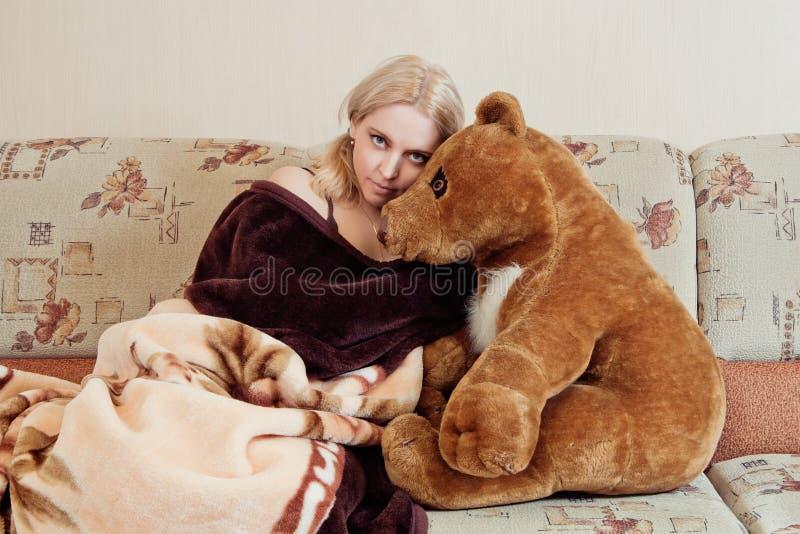 Kvinna med nallebjörnen royaltyfria bilder