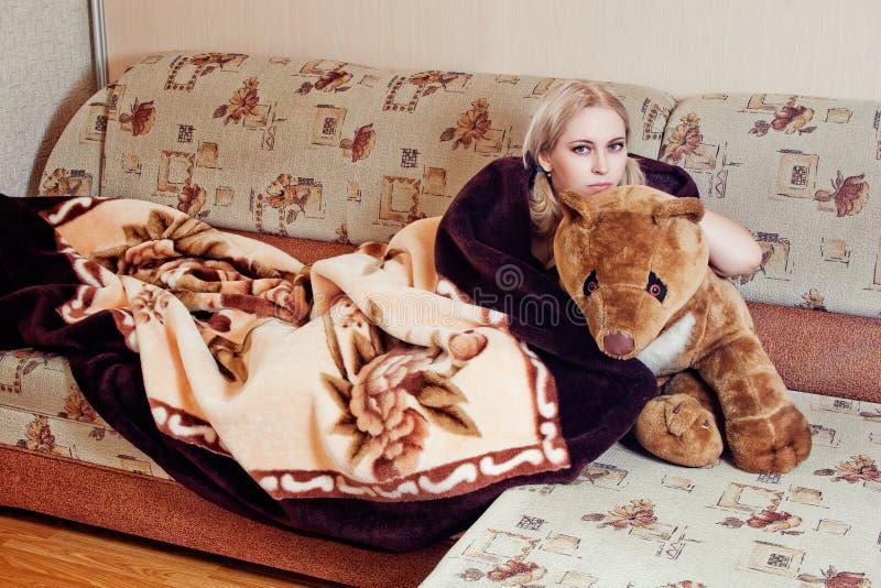 Kvinna med nallebjörnen fotografering för bildbyråer