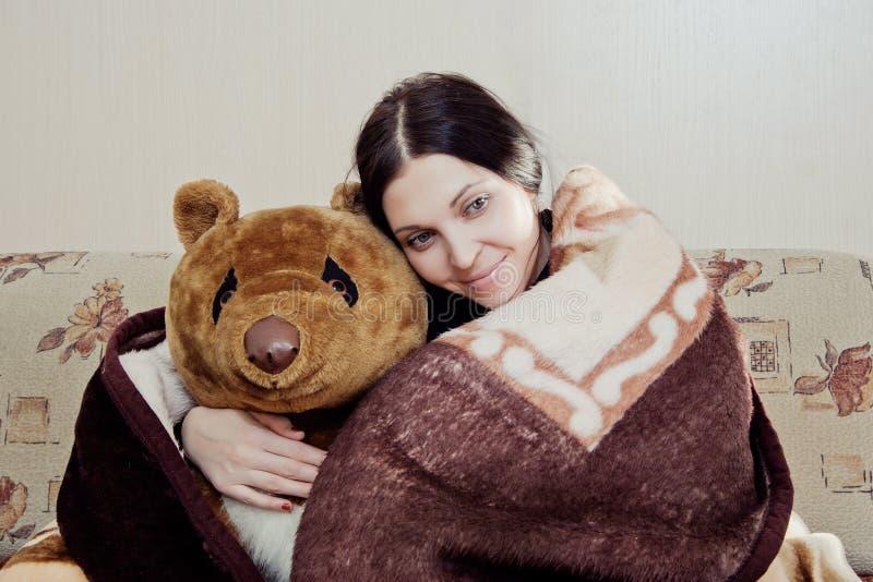 Kvinna med nallebjörnen royaltyfri bild