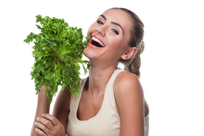 Kvinna med packeörtar (salat) royaltyfria foton