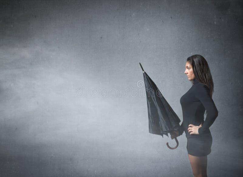 Kvinna med paraplyet förestående arkivbild