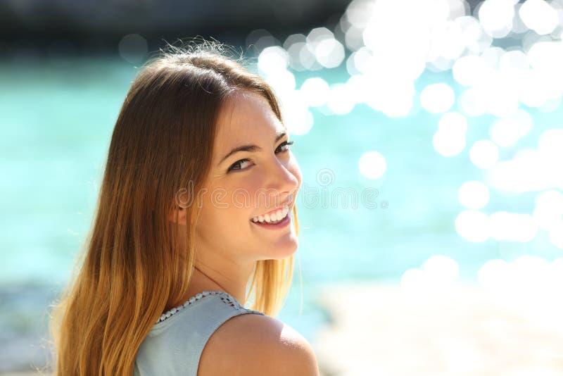 Kvinna med perfekt leende på semester fotografering för bildbyråer