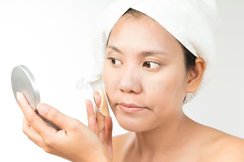 Kvinna med perfekt vård- hud av framsidan och badlakanet på huvudet arkivbilder