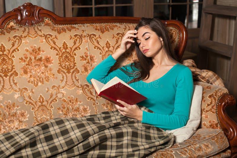 Kvinna med plädet och boken royaltyfria foton