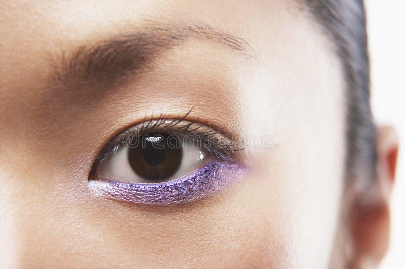 Kvinna med purpurfärgad ögonskugga arkivbilder