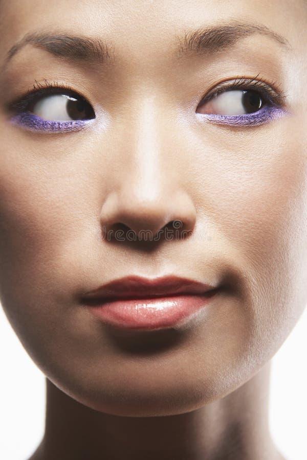Kvinna med purpurfärgad eyeliner arkivbilder