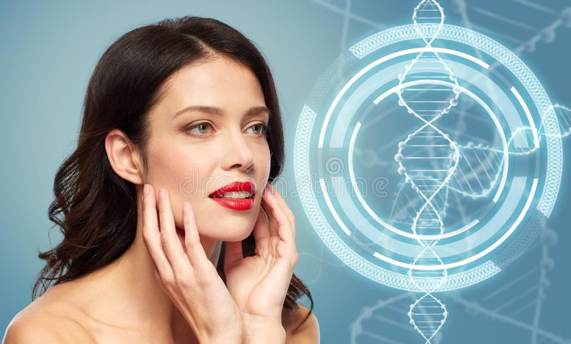 Kvinna med röd läppstift över dna-molekylen royaltyfri foto