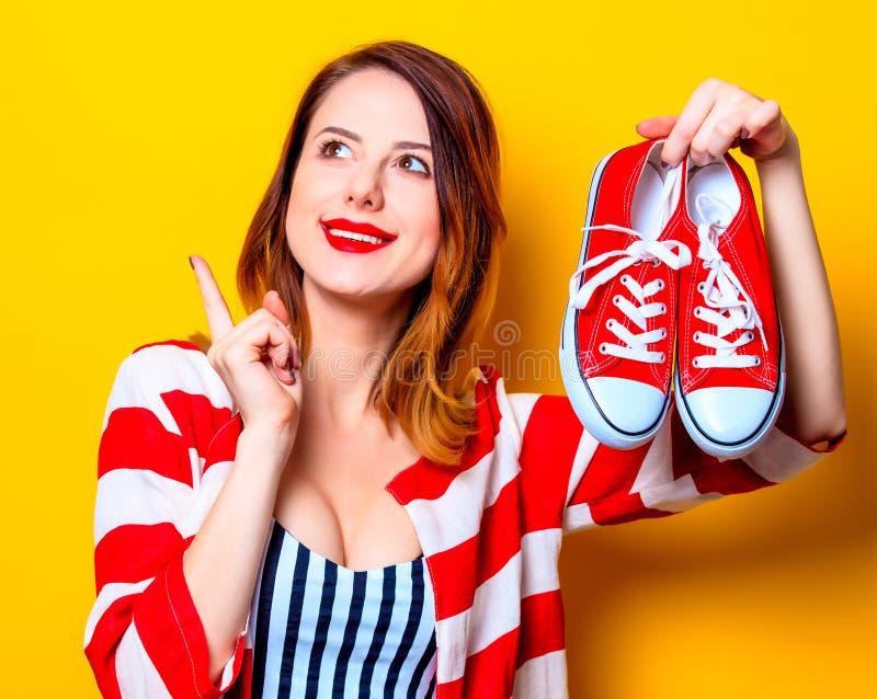 Kvinna med röda deckare arkivbild