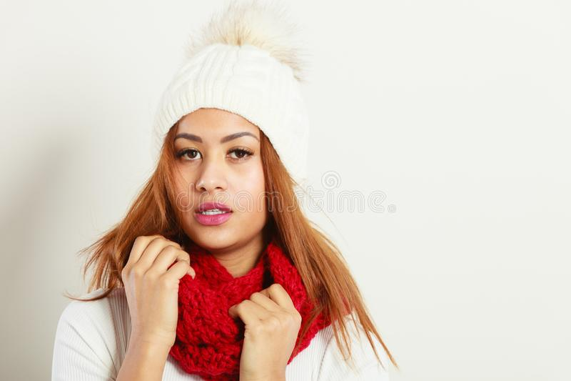 Kvinna med r?da vinterkl?der arkivfoto