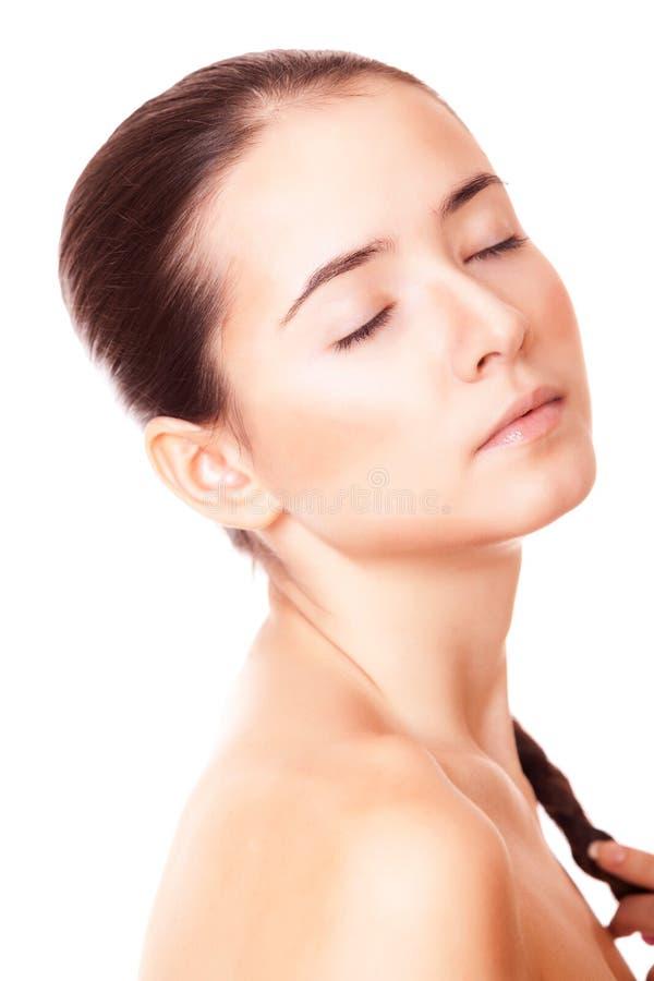 Kvinna med ren hud och stängda ögon royaltyfri fotografi