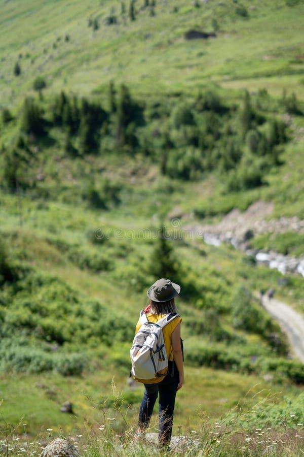 Kvinna med ryggsäckanseende på vagga och att se sikt arkivbilder