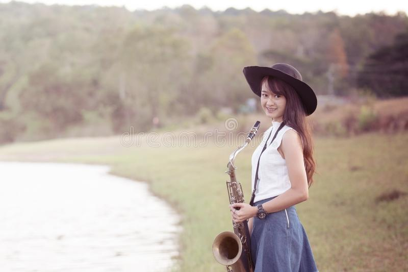 Kvinna med saxofonen royaltyfri fotografi