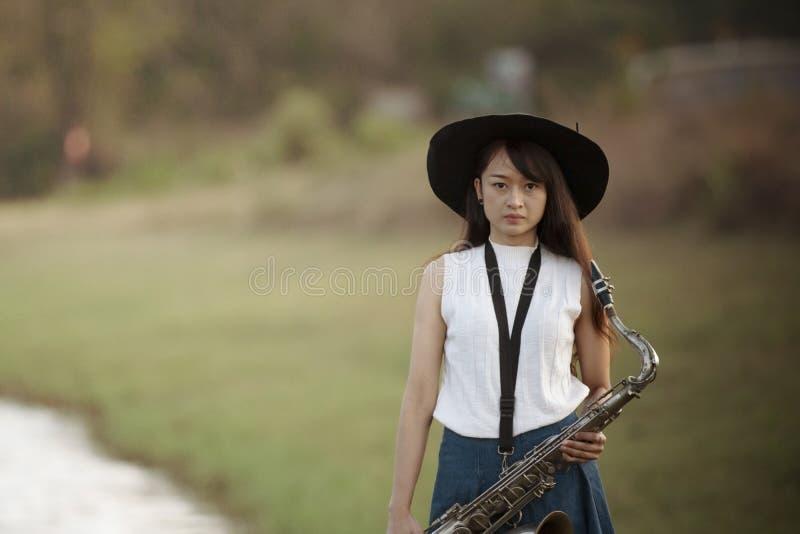 Kvinna med saxofonen royaltyfria foton