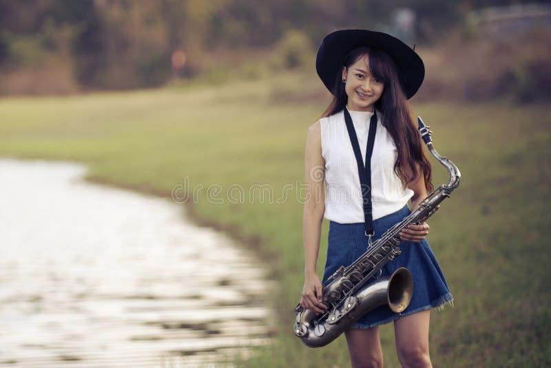Kvinna med saxofonen arkivbilder