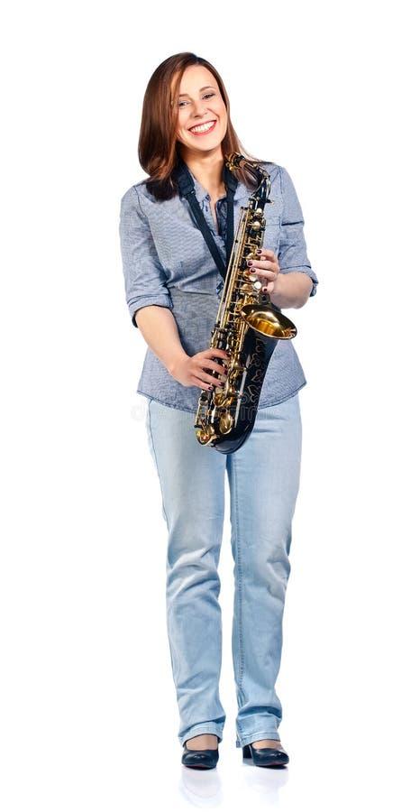 Kvinna med saxofonen som isoleras på vit royaltyfri foto