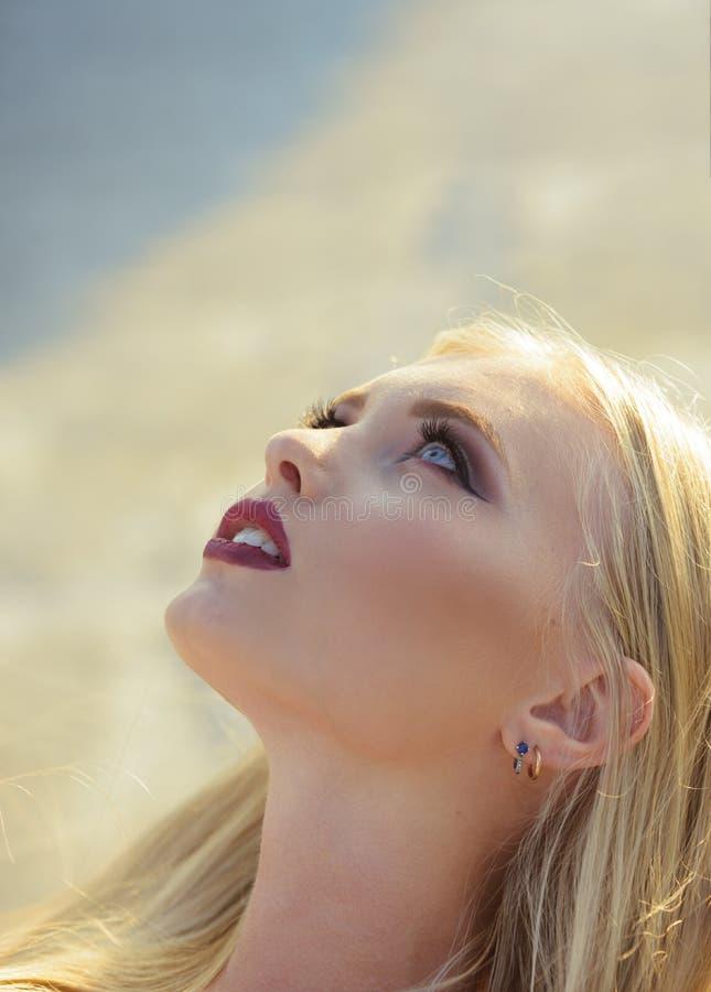 Kvinna med sexiga r?da kanter, makeupframsida arkivfoton