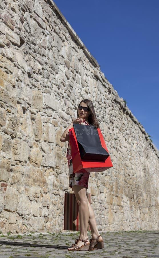 Kvinna med shoppingpåsar i en stad fotografering för bildbyråer