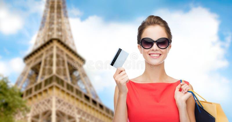 Kvinna med shoppingpåsar och kreditkort i paris royaltyfri fotografi