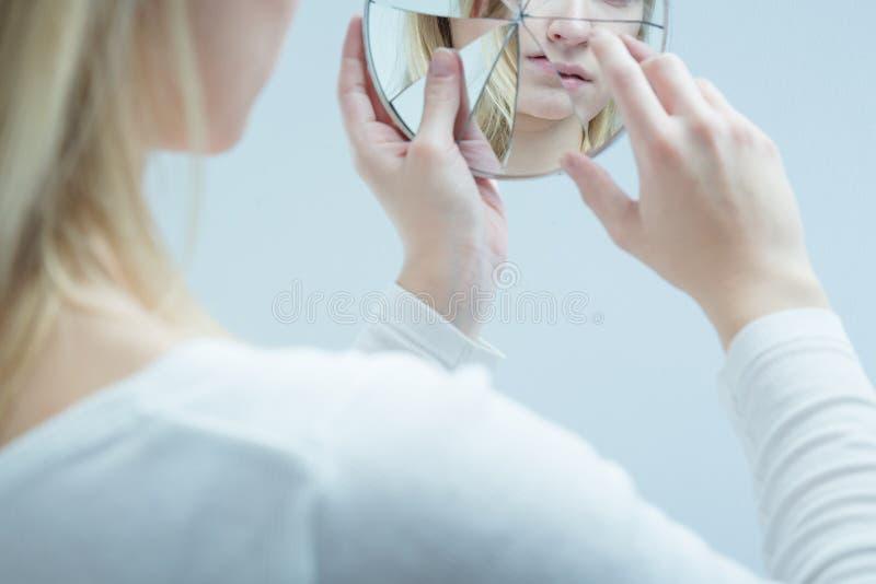 Kvinna med självmords- det att bilda sig en uppfattning arkivfoto