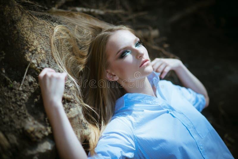 Kvinna med sk?nhetblicken, makeup Kvinnan med l?ngt blont h?r, frisyr kopplar av p? naturen Flicka med sund h?romsorg royaltyfri bild