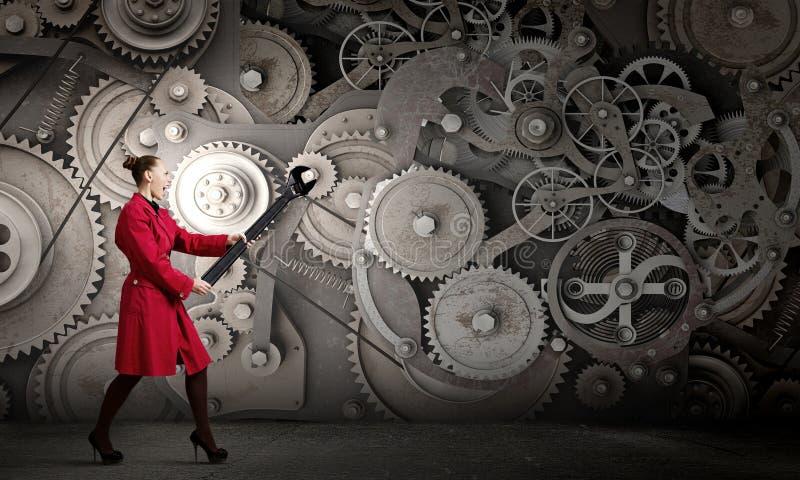 Kvinna med skiftnyckeln royaltyfri foto