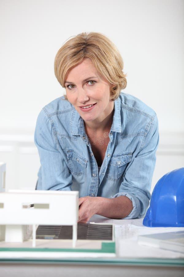 Kvinna med skrivbordsarbete arkivfoton