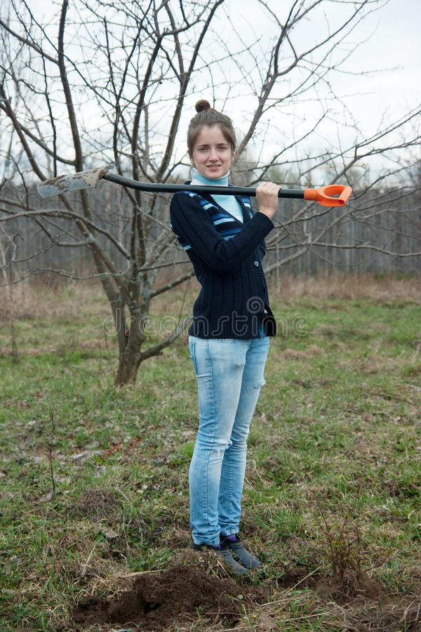 Kvinna med skyffeln fotografering för bildbyråer