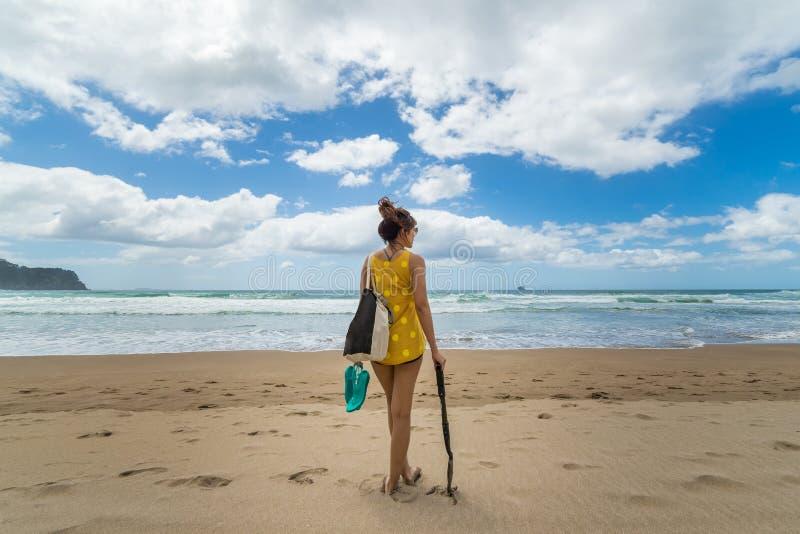 Kvinna med skyffeln på stranden arkivfoton