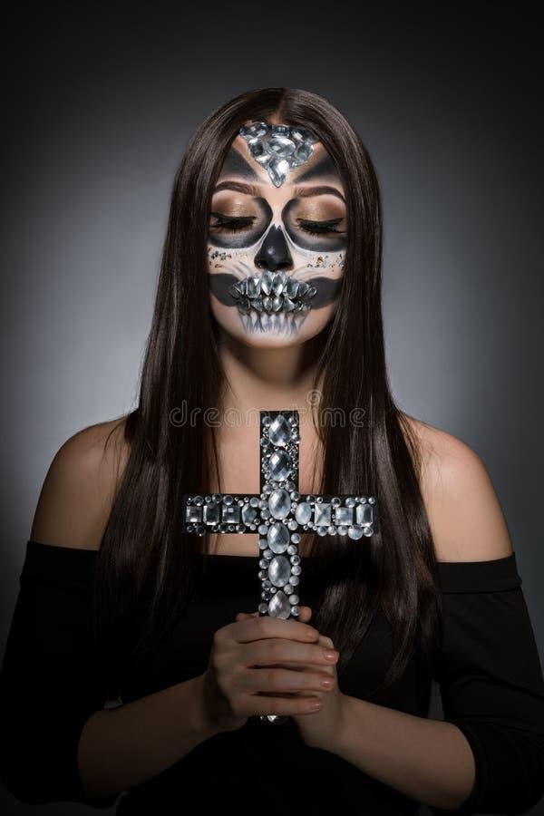 Kvinna med smart konstnärlig makeup i fasastil royaltyfri bild