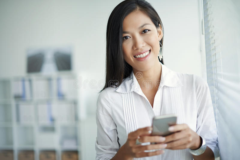 Kvinna med smartphone royaltyfri fotografi