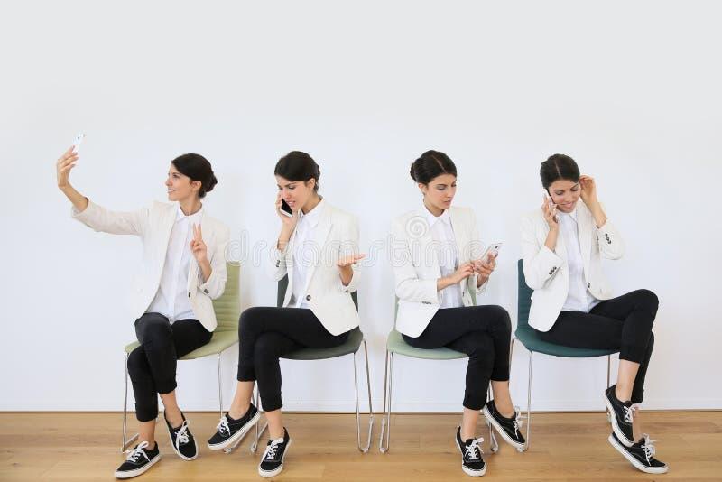 Kvinna med smartphonen i olika positioner fotografering för bildbyråer