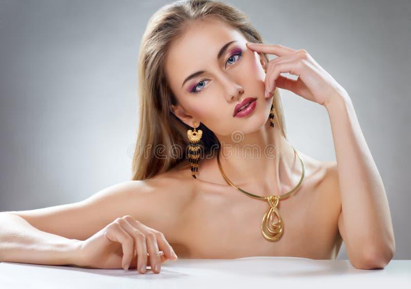 Kvinna med smycken royaltyfria bilder